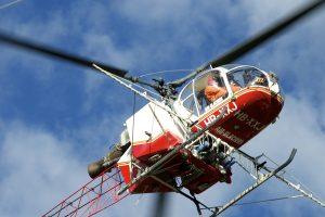 Traitement chimique des vignes par aspertion depuis l'hélicoptère