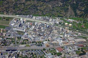 Photo aérienne de l'usine de Lonza à Viège, couvrant 90 hectares